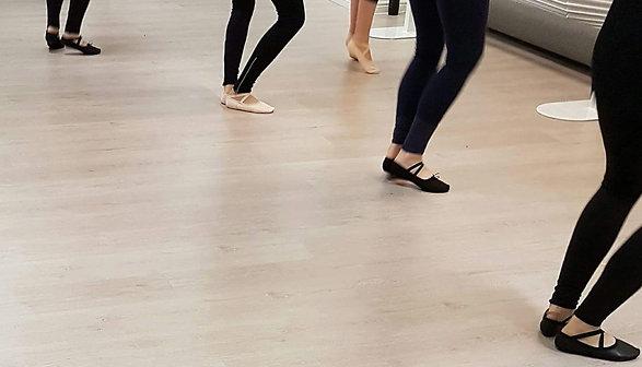 Balettitanssijoiden jalkoja tunnilla