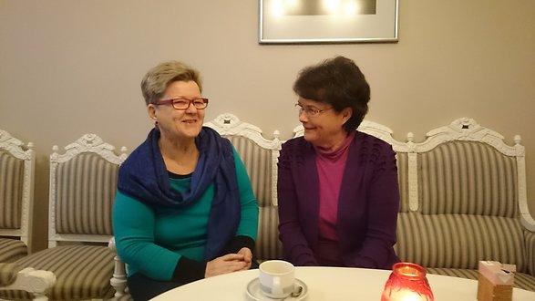 Yhdistyksen uusi puheenjohtaja Riitta Keuramo ja edellinen puheenjohtaja (2011-2016) Pirjo-Liisa Sillgren tekivät vastuunvaihtoa vuoden 2017 lähetessä leppoisissa tunnelmissa.