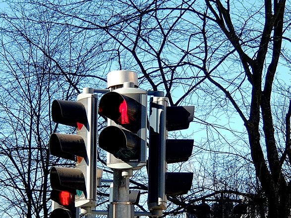 Liikennevalot näyttävät jalankulkijoille punaista
