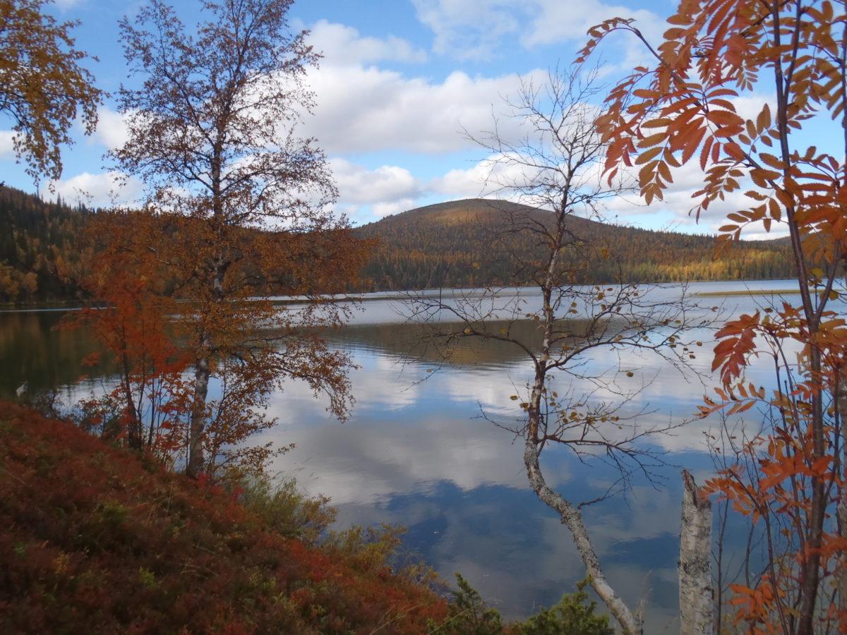 Tunturikeimiön järvimaisemaa syksyllä