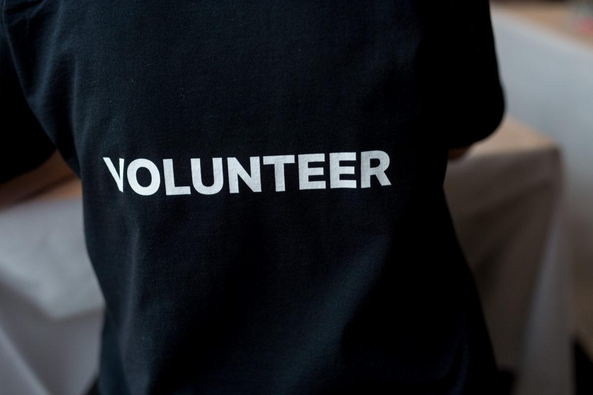 Musta volunteer paita