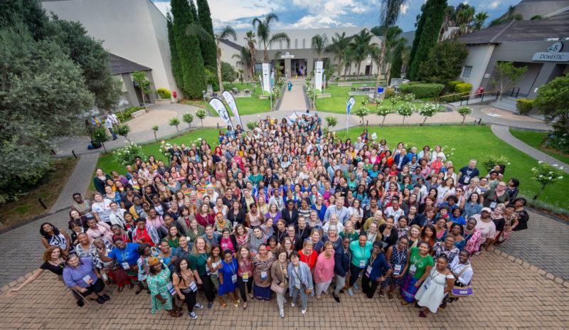 Maailmanneuvoston kokouksen osanottajat ryhmäkuvassa